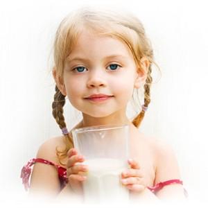 djevojčica pije mlijeko